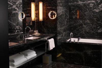 idée-de-revêtement-sol-et-murs-en-marbre-noir-dans-la-salle-de-bains
