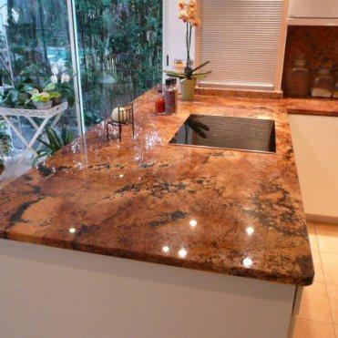 Plan-de-travail-en-ilot-de-cuisine-classique-clair-en-granit-1