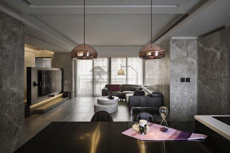 salon-avec-le-plancher-gris-de-divan-et-de-marbre-40378068